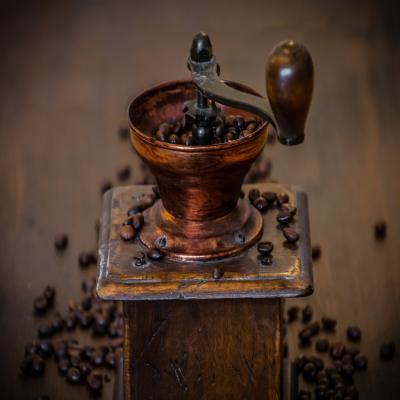 Młynki do kawy z dawnych lat. Mielenie przy ich pomocy wymagało dużego nakładu pracy.