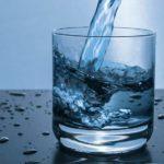 Dzbanek filtrujący wodę coraz częściej pojawia się w kuchniach polskich domów.