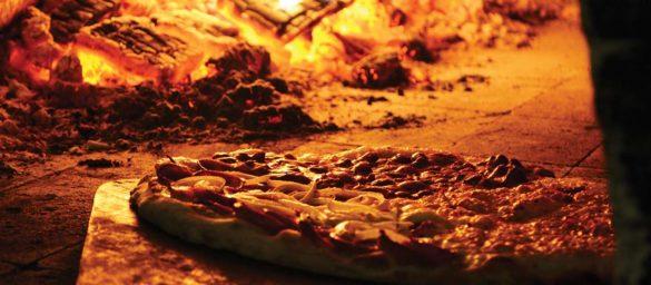 Dzięki kamieniowi do pieczenia pizzy wykonana przez Ciebie domowa pizza, w niczym nie będzie ustępowała najlepszym pizzom z włoskich pizzerii, gdzie używa się pieca opalanego drewnem.