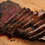 Nóż elektryczny idealnie sprawdzi się podczas krojenia mięsa jak i warzyw.