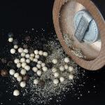 Elektryczny młynek do soli i pieprzu to urządzenie przydatne szczególnie osobom starszym, które nie mogą używać już ręcznych młynków.